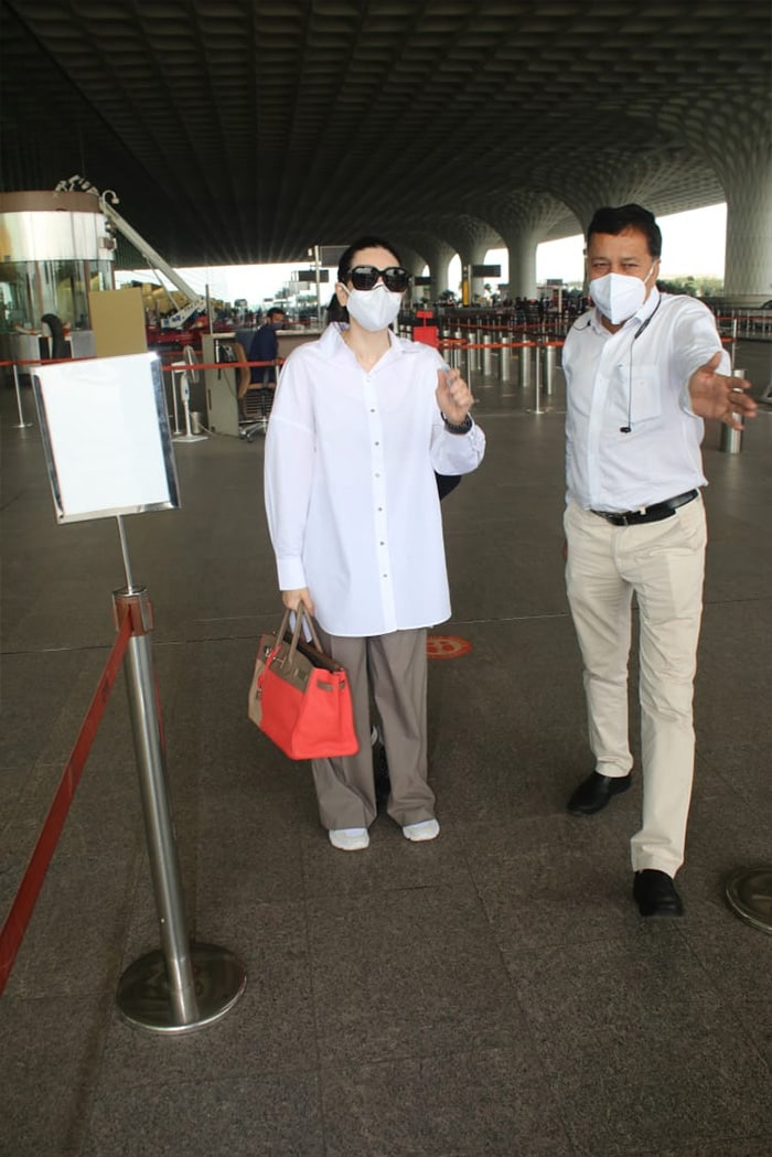 We Want To Be As Comfy As Karisma Kapoor While Flying