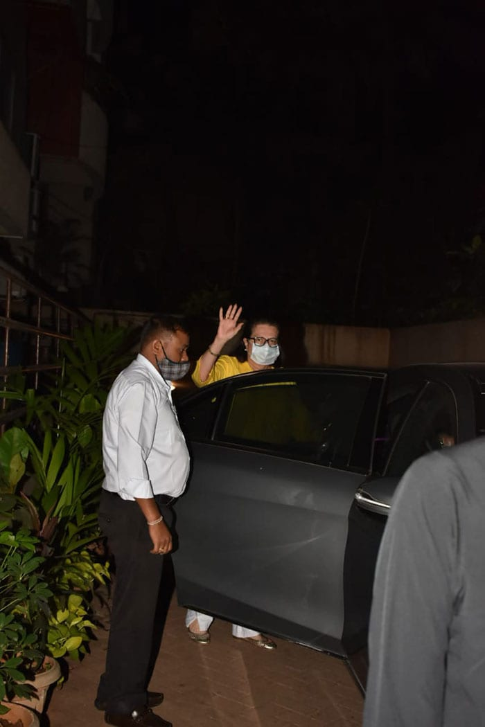 Karisma And Ibrahim Check In On Mom-To-Be Kareena Kapoor