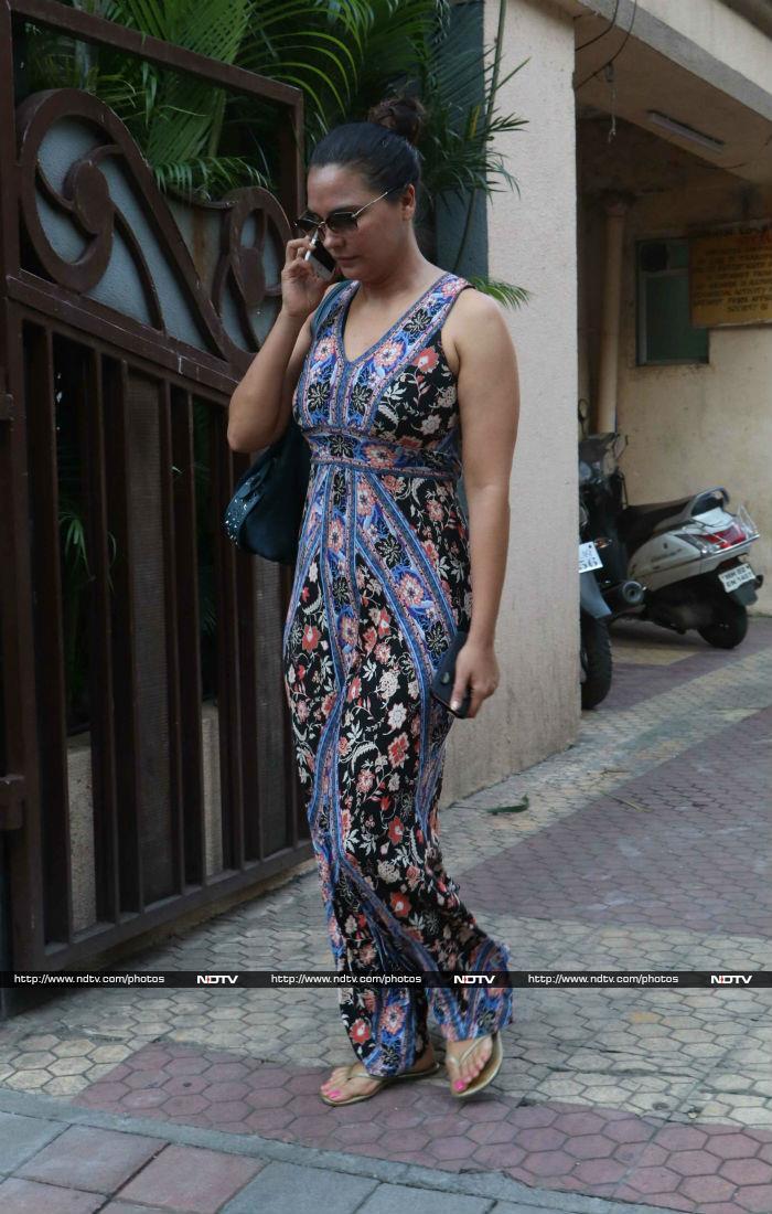 मुंबई में लाल परी बनी नजर आईं करिश्मा कपूर...