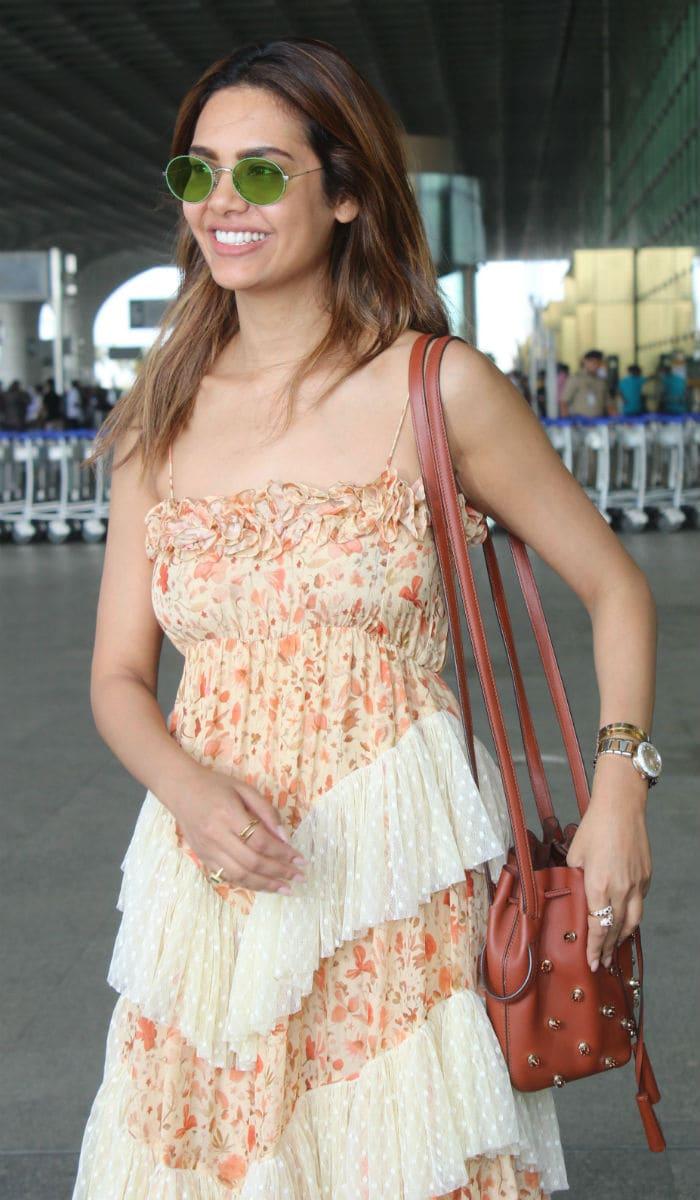 एयरपोर्ट पर स्टाइलिश अंदाज में दिखीं करिश्मा कपूर और उनकी बेटी समीरा