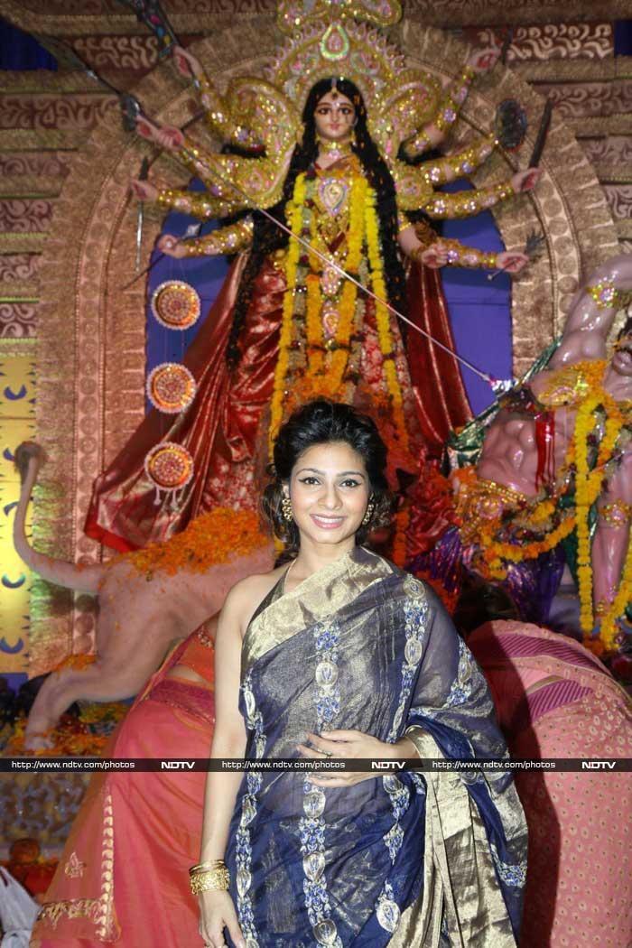 Kajol, Tanuja, Tanishaa Seek Maa Durga's Blessings