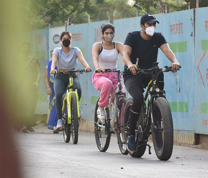 Janhvi And Khushi Kapoor Take Over Mumbai Streets