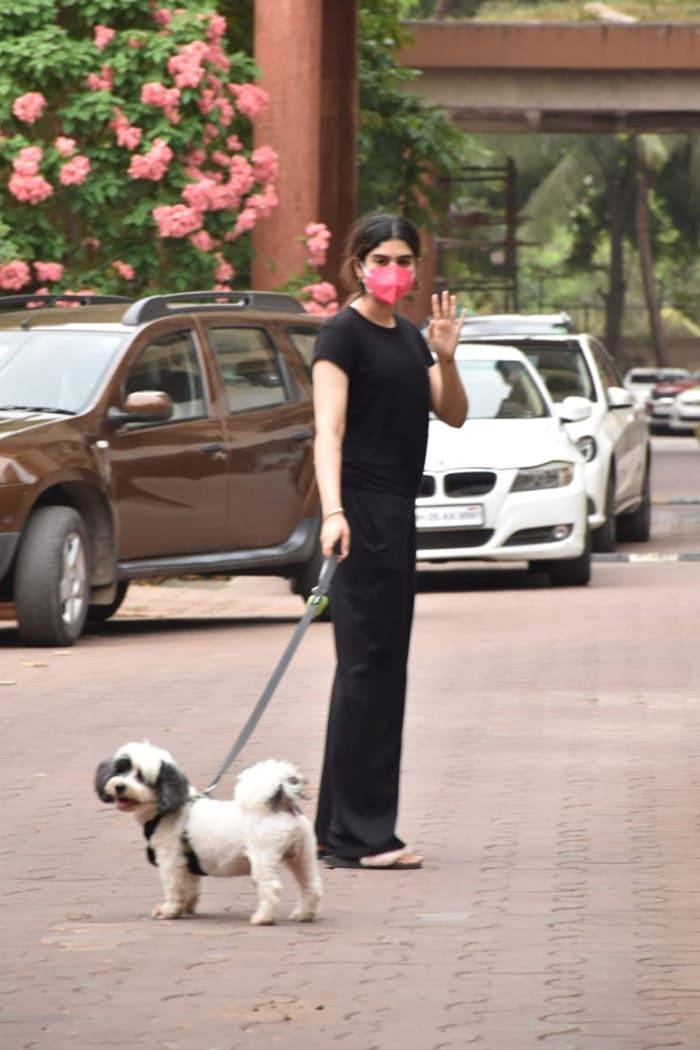 Khushi Kapoor, Malaika Arora And Other Stars\' Day Out. Bonus, Their Adorable Pet Pooches