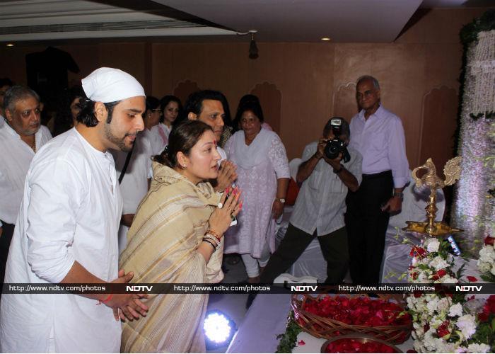 Govinda And Family At Prayer Meet For Krushna Abhishek\'s Father