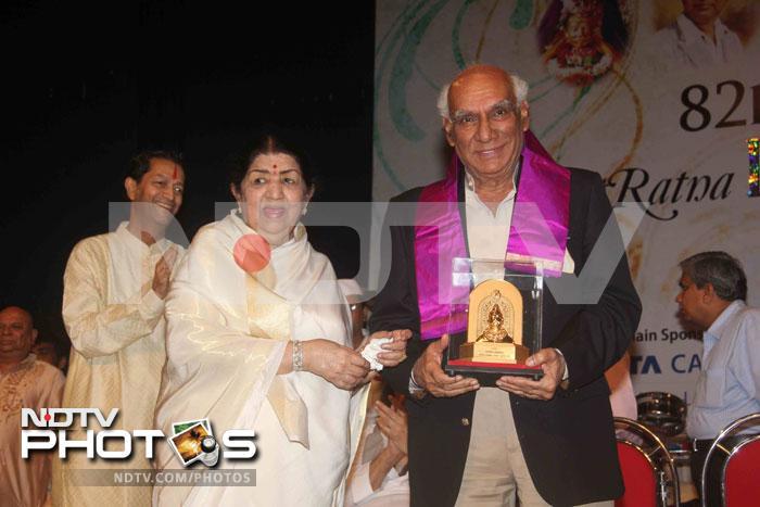 Big B felicitates Lata Mangeshkar