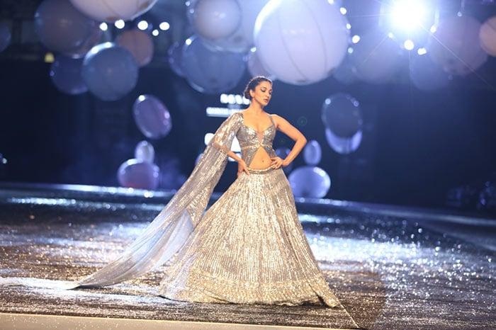 Meanwhile, Kiara Advani raised the temperature at the Saturday evening\'s show of the Lakme Fashion Week.