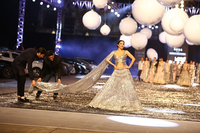 The showstoppers Kiara and Kartik had some fun with Manish at the ramp.