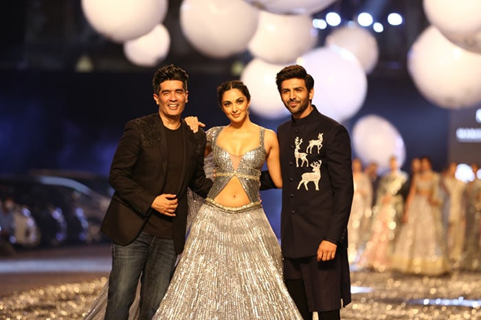 They also posed with the fashion designer at the ramp.