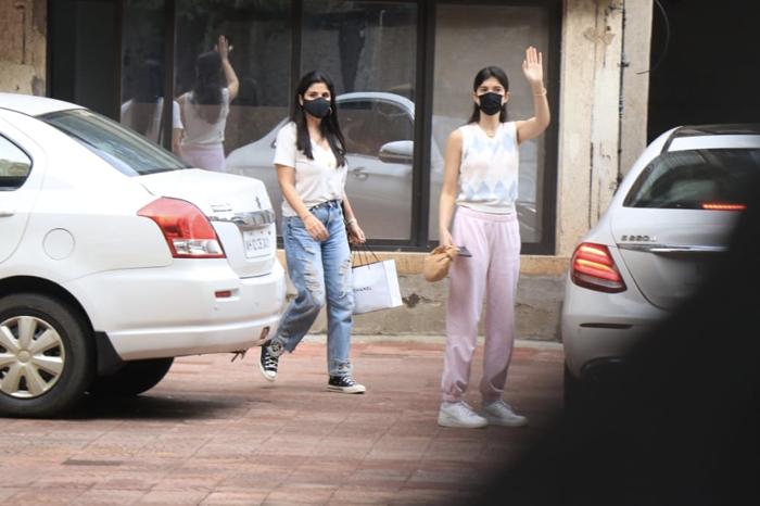 Be Polite And Say Hi To Shanaya And Maheep Kapoor