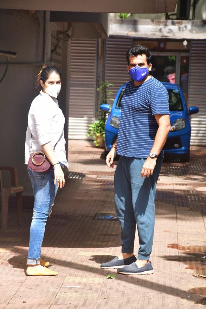 Celebrity couple Sagarika Ghatge and Zaheer Khan posed for the shutterbugs in Bandra.