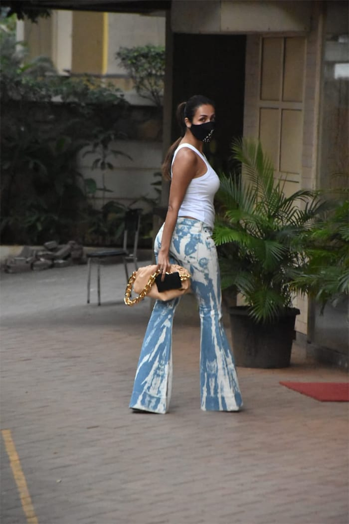 The fitness enthusiast looked elegant in printed pants and a tank top.
