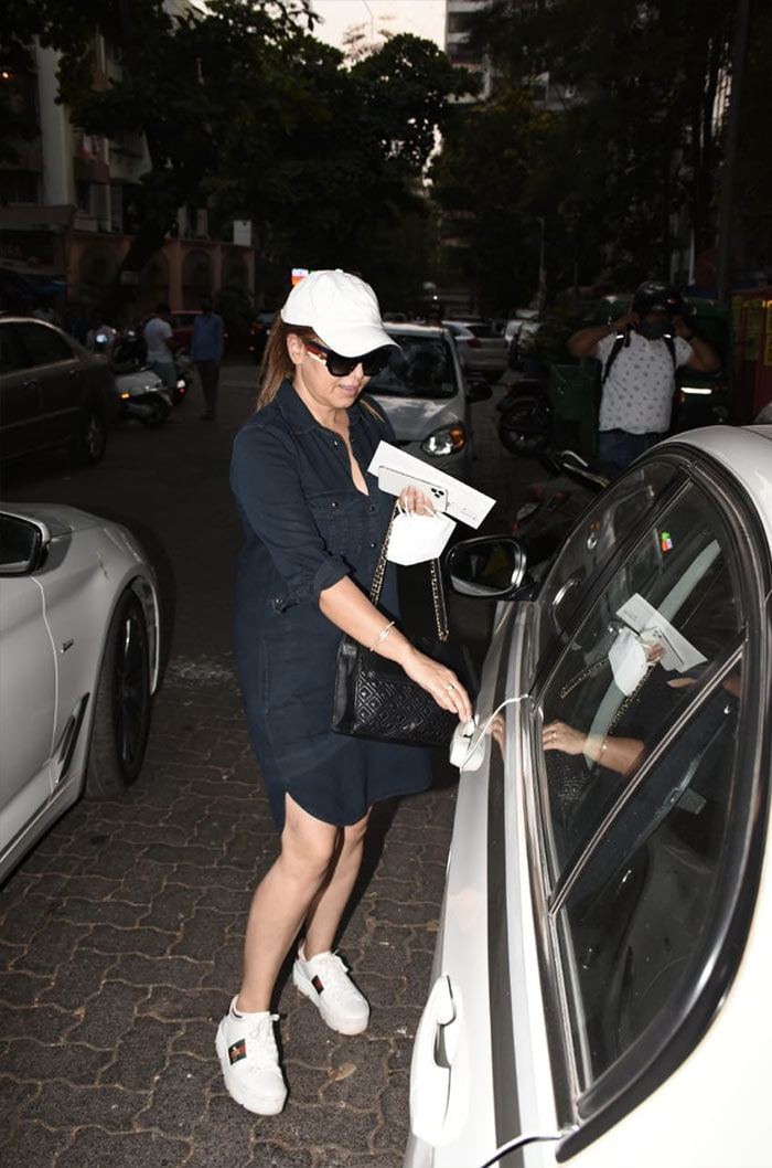 Hello there! Mahima Chaudhry. The actress was snapped outside a clinic in Juhu.