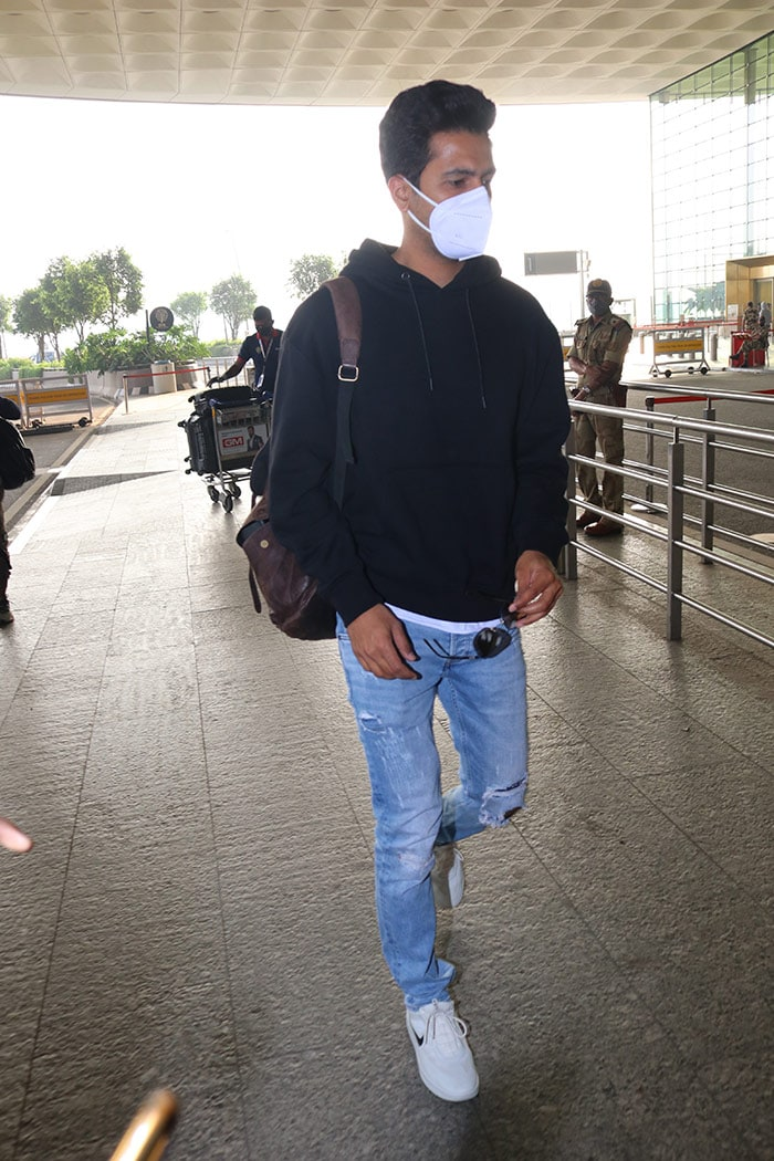 मुंबई एयरपोर्ट पर कुछ यूं नज़र आए विक्की कौशल और मानुषी छिल्लर
