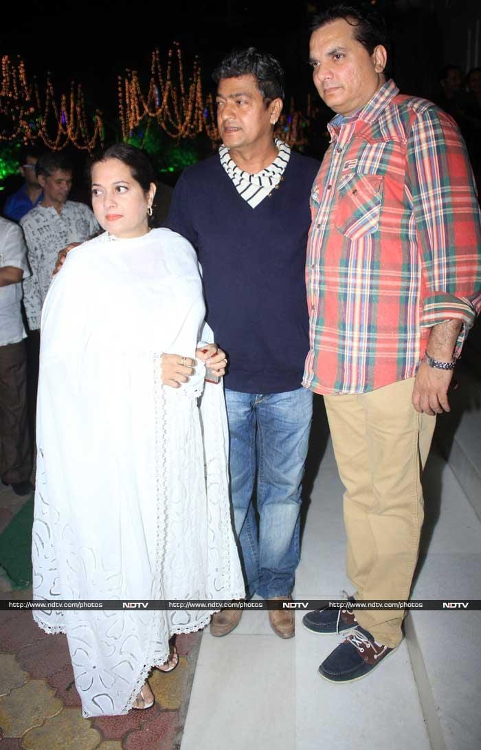 Celebs Attend Anup Jalota\'s Wife Medha\'s Prayer Meet