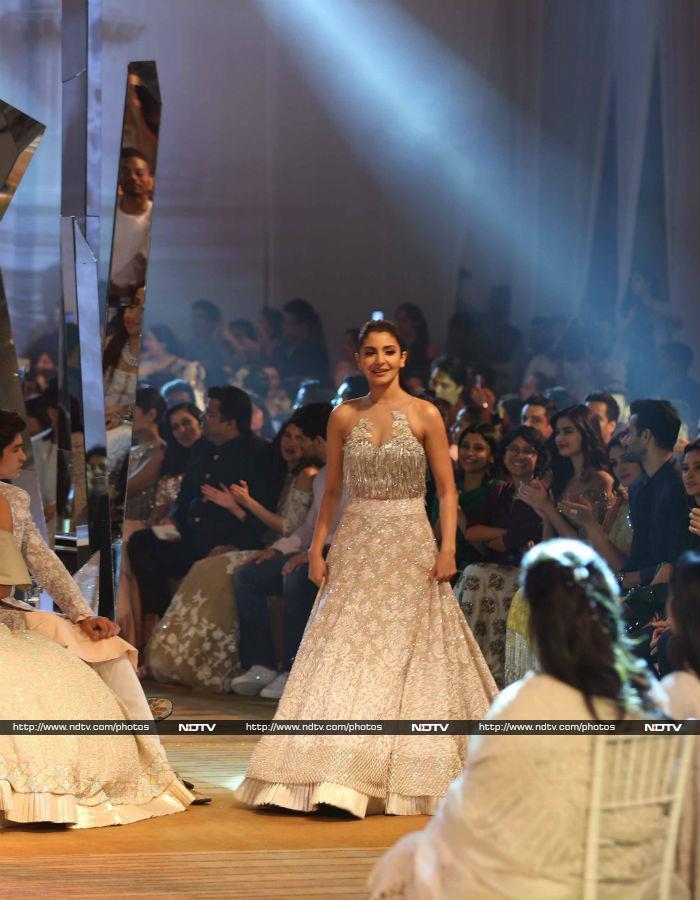 मिजवान फैशन शो में रैंप पर उतरे शाहरुख खान और अनुष्का शर्मा