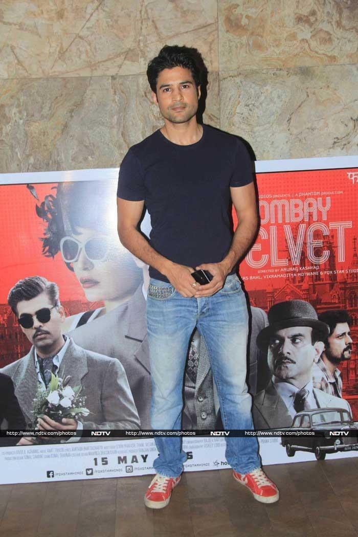 The Kapoors, Kangana and Preity Watch Ranbir\'s Bombay Velvet