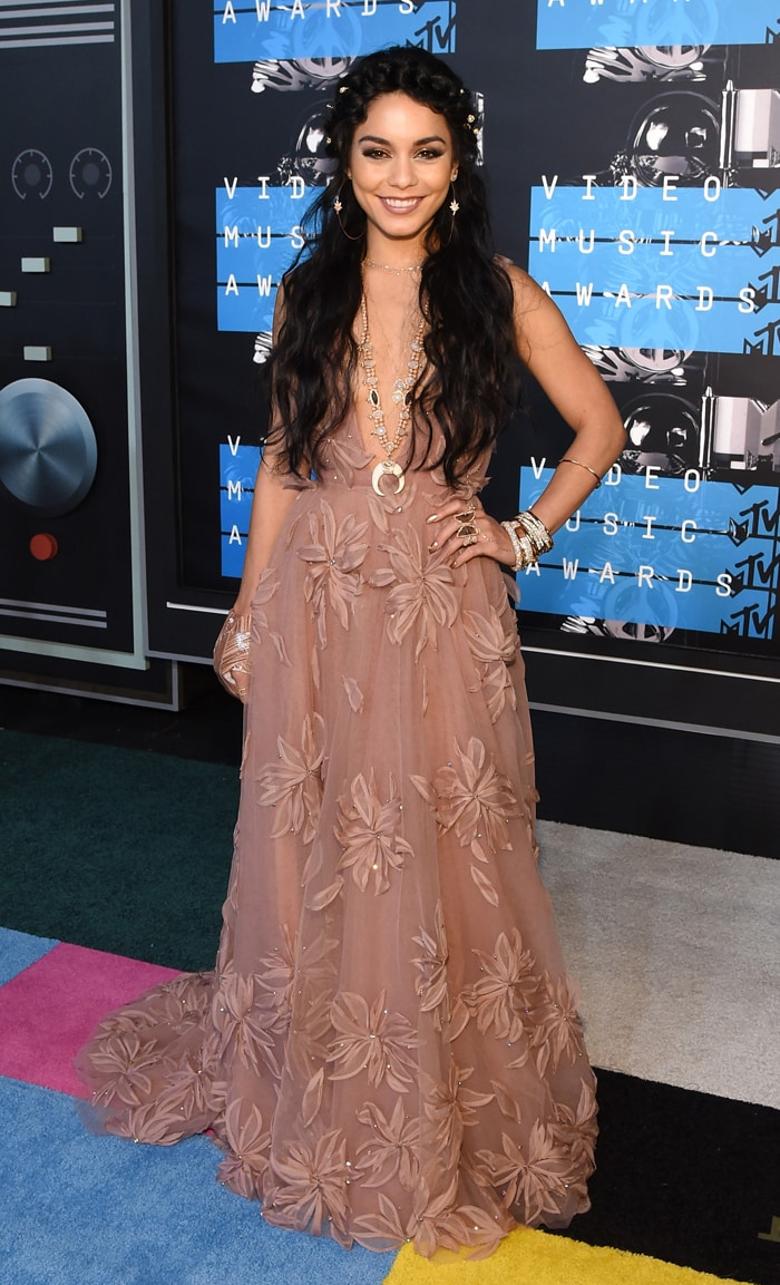 VMAs Red Carpet: Bling Alert with Taylor, Miley, Nicki, Britney