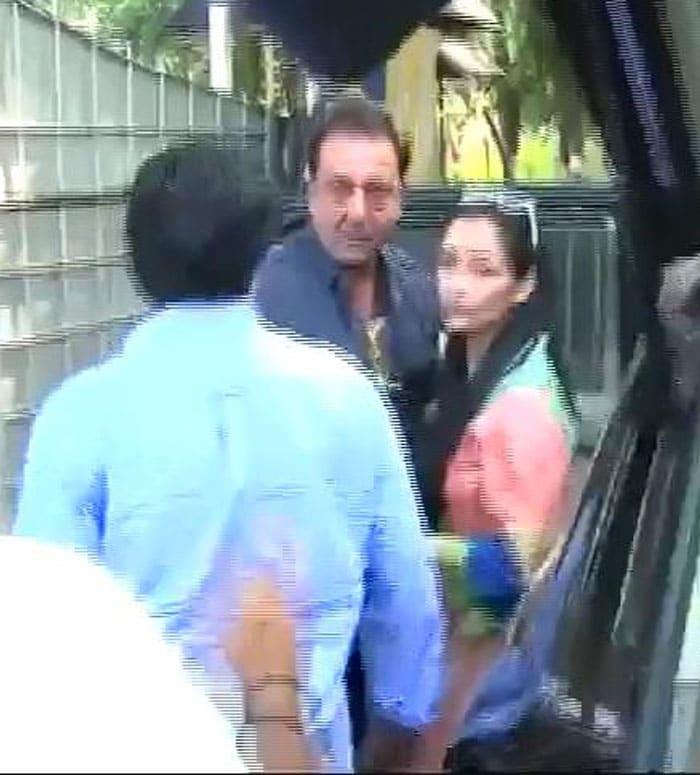 Sanjay Dutt returns to jail, Maanyata goes till gate