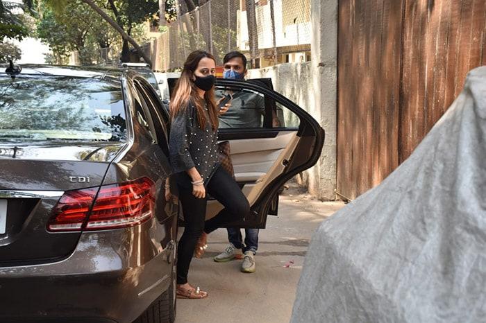 Natasha Dalal Spotted Minus Varun Dhawan For First Time Since Wedding