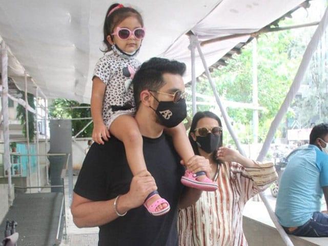 Photo : परिवार के साथ नजर आईं एक्ट्रेस नेहा धूपिया, देखें तस्वीरें...