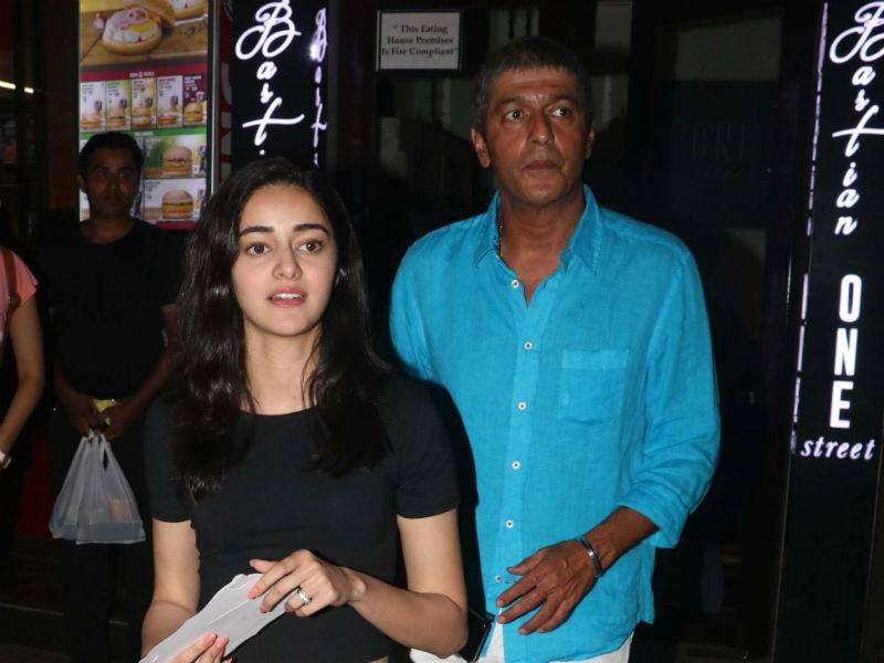 Photo : अनन्या पांडे ने पापा चंकी पांडेय और मां भावना पांडेय के साथ किया नाइट आउट