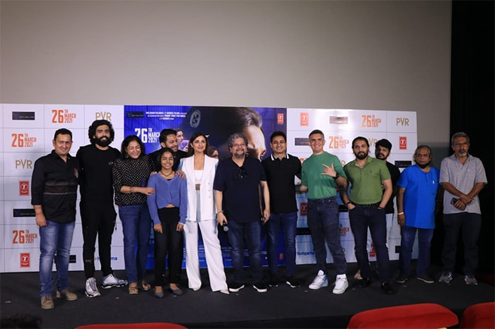 Parineeti, Amole and team Saina posed for pictures at the stage.
