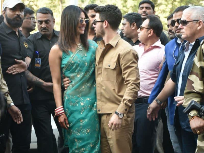Photo : निक संग शादी के बाद मांग में सिंदूर सजाकर एयरपोर्ट पर प्रियंका की पहली तस्वीरें