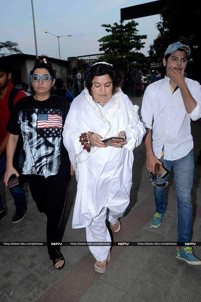 Kamya Punjabi, Ratan Rajput at Pratyusha Banerjee\'s Funeral