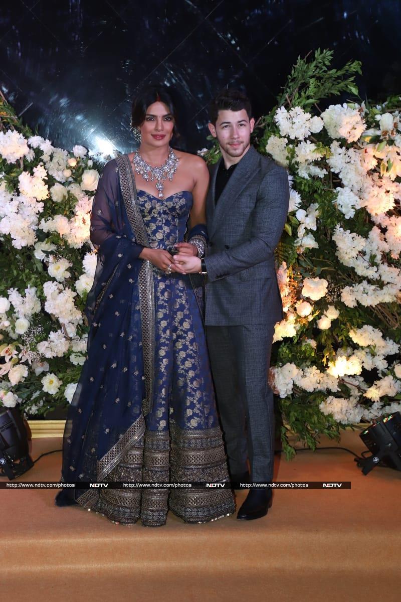 प्रियंका-निक ने मुंबई में दी अपनी पहली रिसेप्शन, नीले लहंगे में दिखीं बेहद खूबसूरत