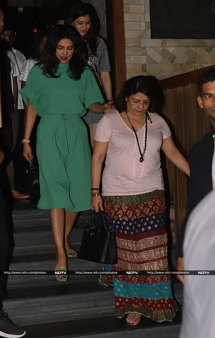 मुंबई में परिवार के साथ प्रियंका चोपड़ा ने किया डिनर