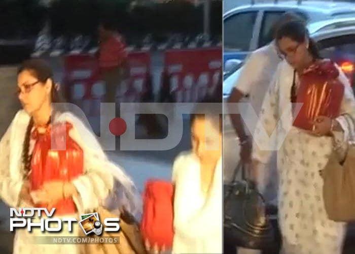 Dimple Kapadia, Rinke take Rajesh Khanna\'s ashes to Haridwar