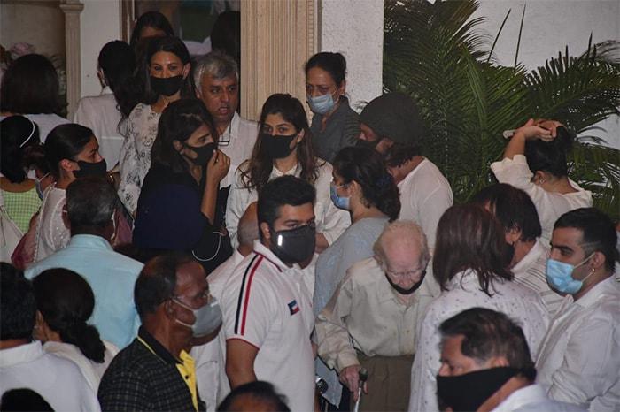 Rajiv Kapoor\'s Funeral: Ranbir Performs Last Rites; Alia Bhatt, Shah Rukh Khan Attend