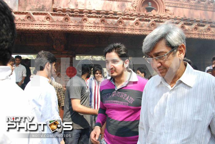 Family, friends bid goodbye to Raj Kanwar