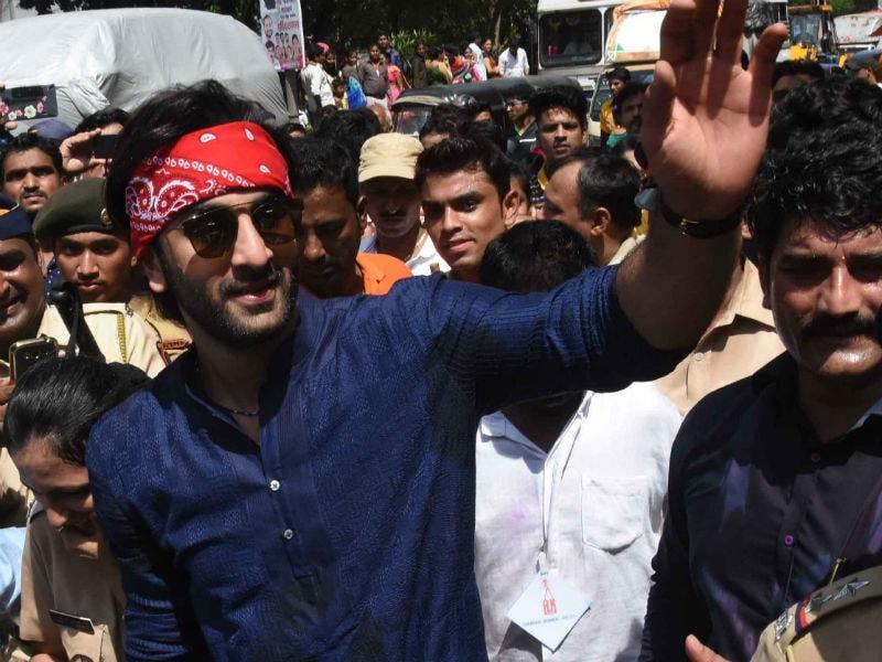 Photo : गणपति विसर्जन में नजर आए रणबीर कपूर