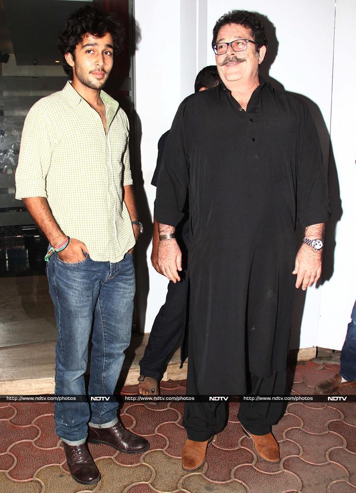 Randhir Kapoor\'s Birthday With Glam Daughters Karisma, Kareena