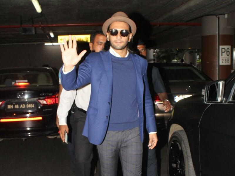 Photo : वेकेशन से लौटे रणवीर सिंह, एयरपोर्ट पर मस्तमौला अंदाज में दिखे