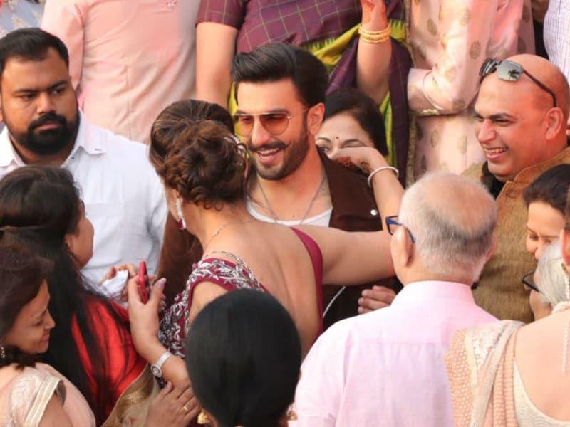 Photo : बिन बुलाए शादी में पहुंचा बॉलीवुड का 'सिंबा', दूल्हा-दुल्हन का ऐसा था रिएक्शन