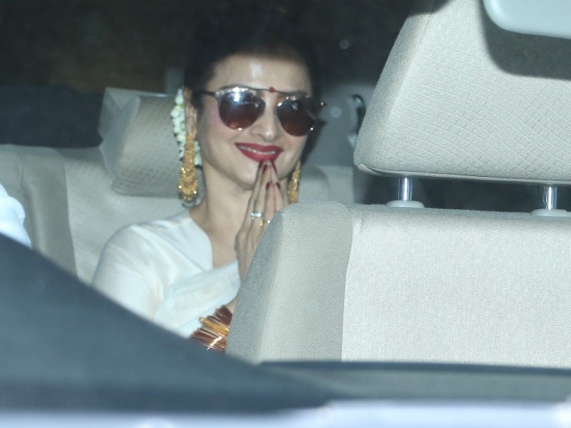 Rekha, Neetu And Other Kapoors Watch 102 Not Out