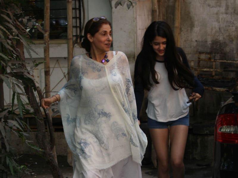 Photo : नानी डिंपल कपाड़िया के साथ कैमरे में कैद हुई रिंकी खन्ना की बेटी नाओमिका, देखें फोटोज