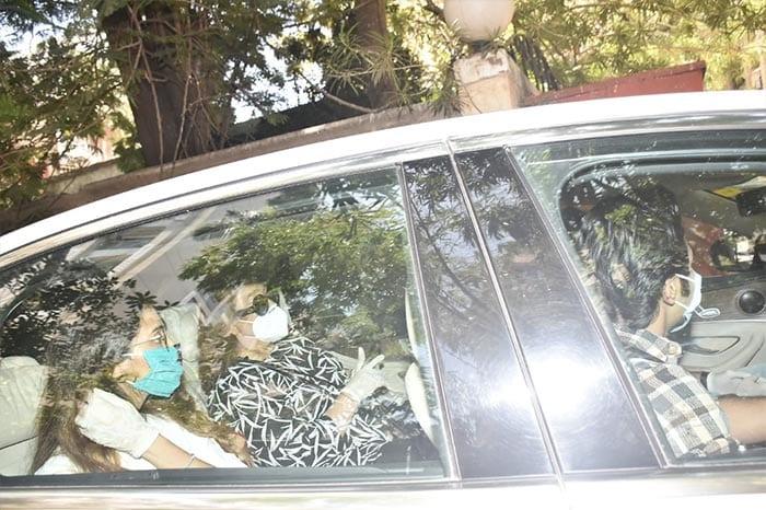 The Kapoors, Alia Bhatt And Shweta Bachchan Nanda Attend Rishi Kapoor\'s Prayer Meet