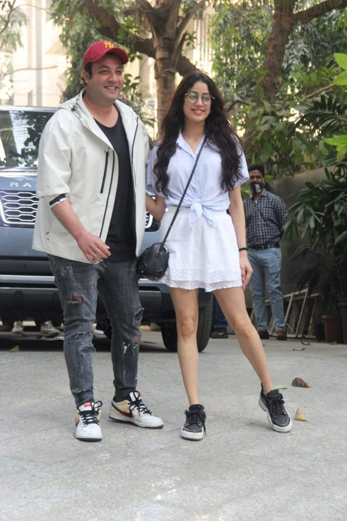 Janhvi Kapoor And Varun Sharma Get Busy With Roohi Duty