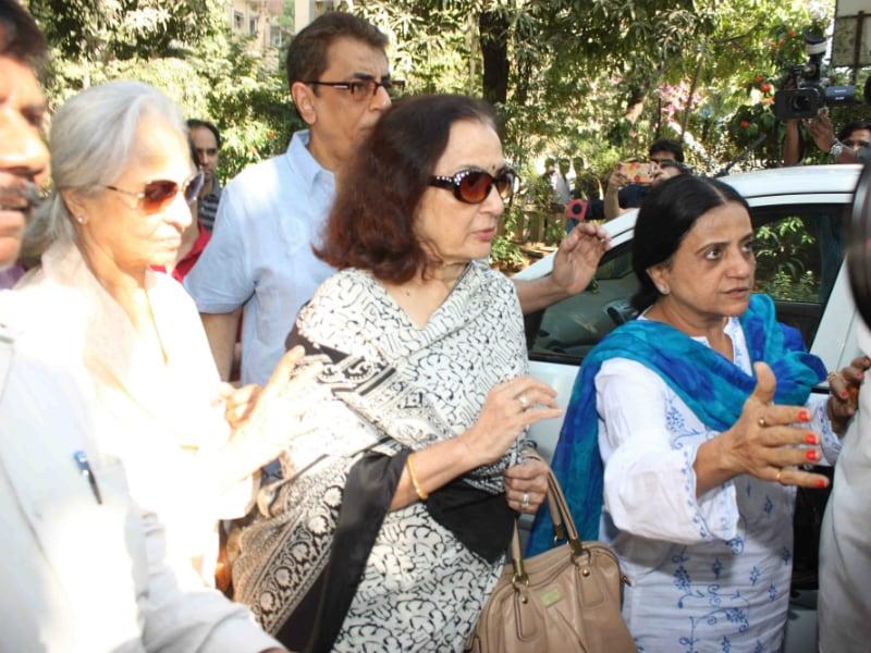 Asha, Waheeda, Helen Visit Sadhana Shivdasani's Family