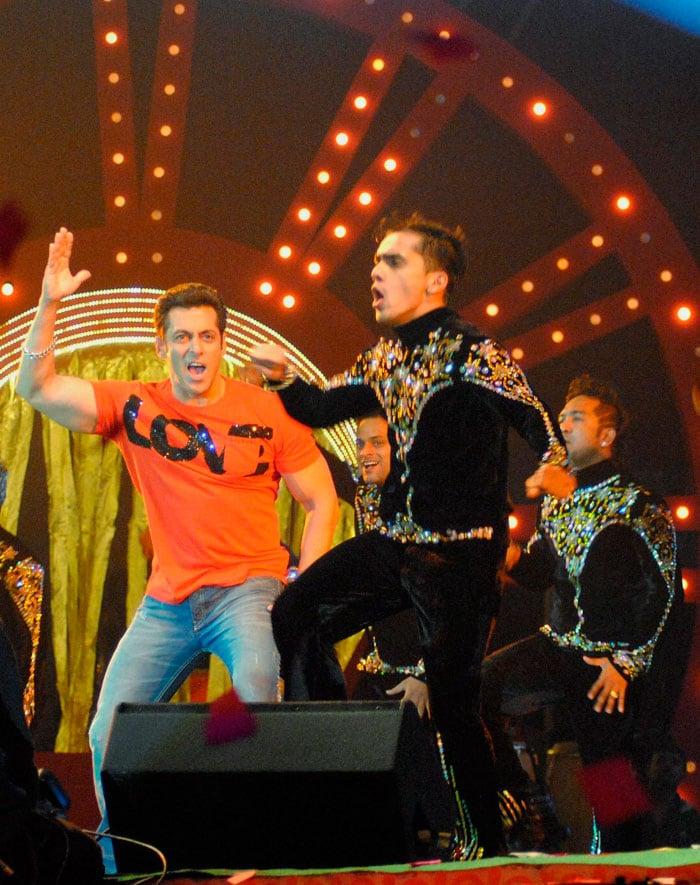 Salman, Madhuri rock Mulayam Singh\'s hometown