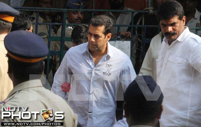 Salman, Rishi Kapoor visit Bal Thackeray