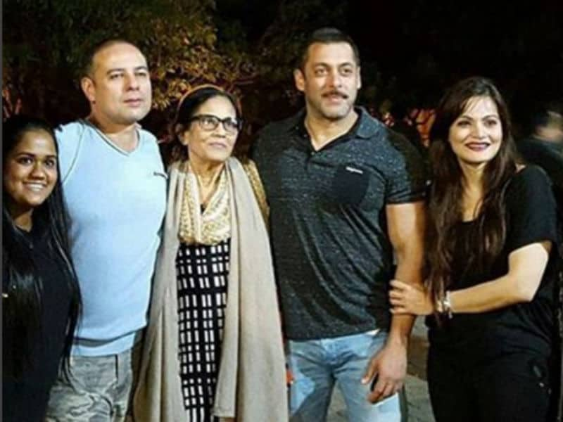 Salman, Akshay Celebrate New Year With Family