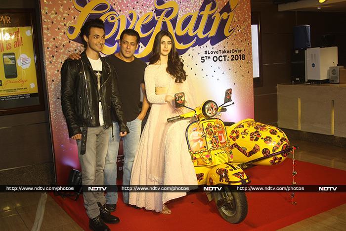 'लवरात्रि' के ट्रेलर लॉन्च पर आयुष और वरीना के साथ नजर आए सलमान खान