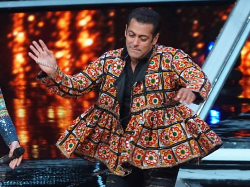Photo : 'इंडियन आइडल' के सेट पर सलमान खान ने किया गरबा