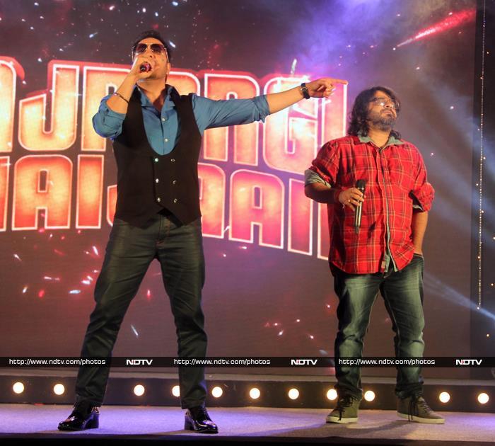 Salman Khan Sings Aaj Party Meri Taraf Se For Friends