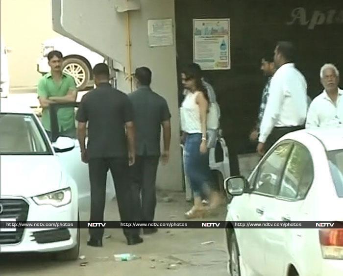 Salman\'s Famous Friends Visit Khan Residence
