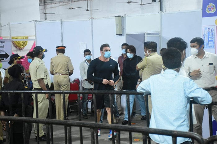 Salman\'s brother, actor-producer Sohail Khan was also present at the vaccination centre.